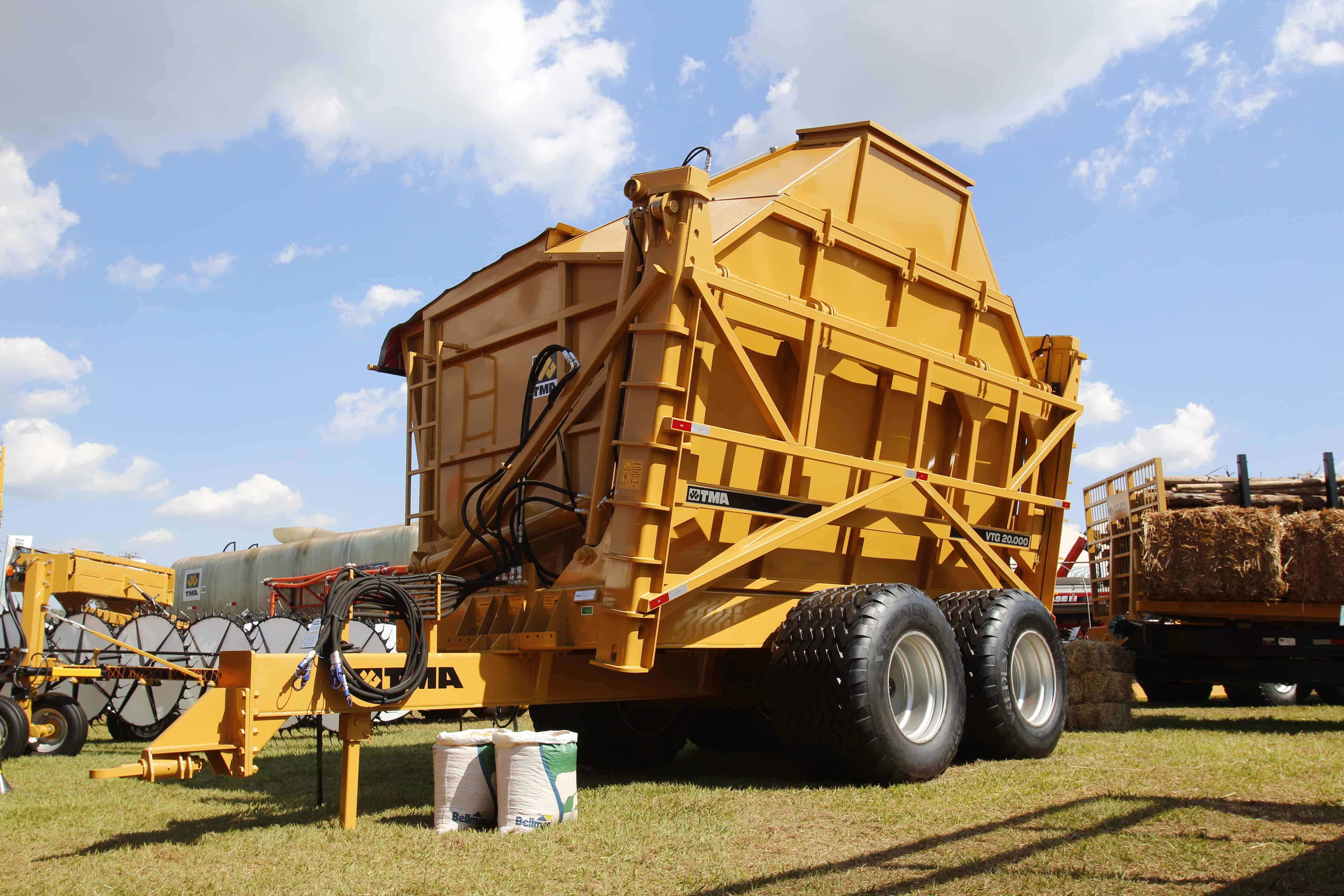 Transbordo de grãos: saiba tudo sobre a máquina agrícola que garante alta produtividade no transporte de grãos e cereais