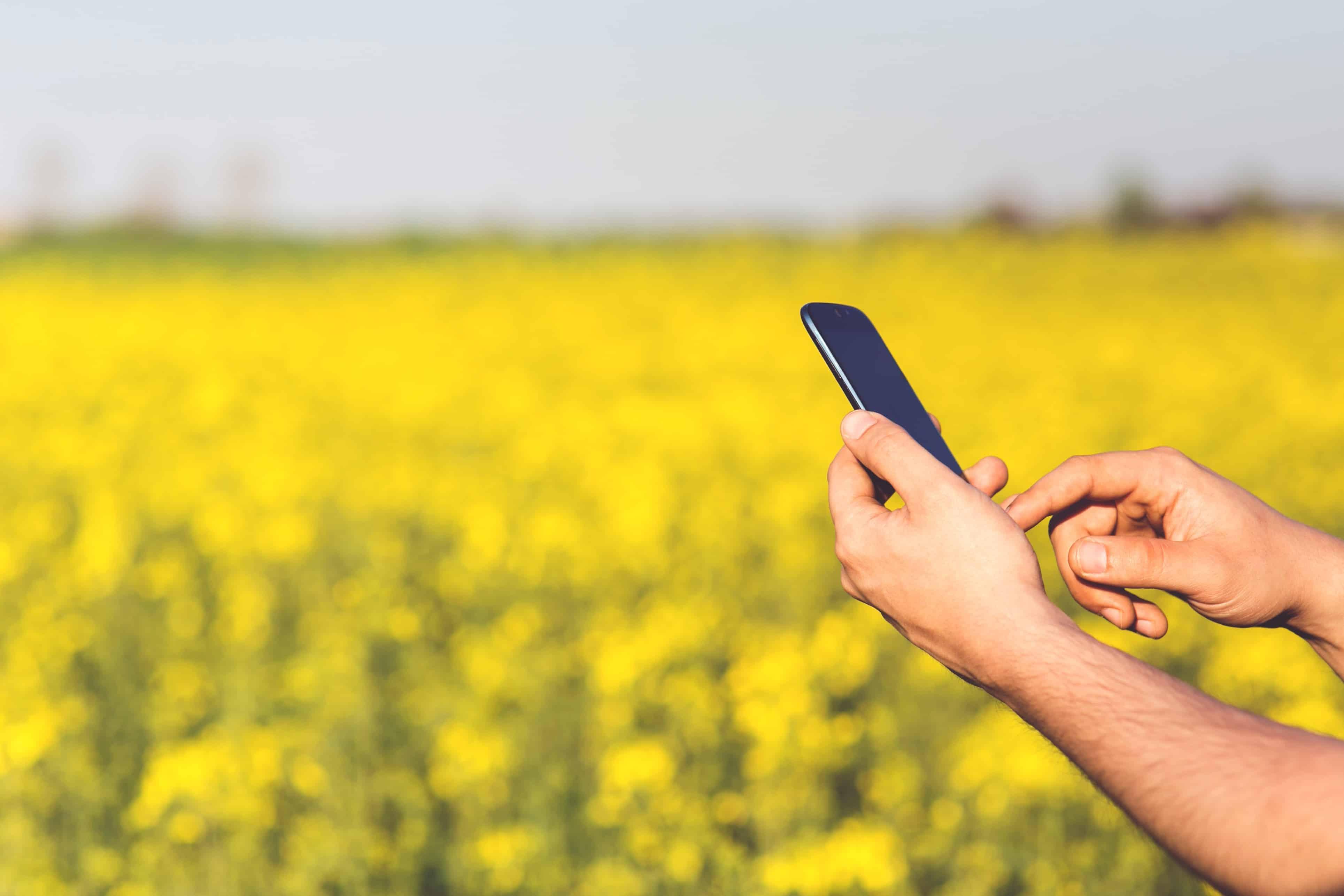 Agricultor com celular (Foto: Pxhere/Creative Commons)
